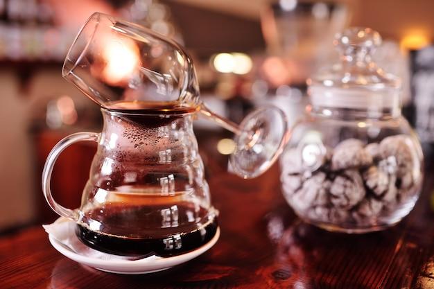 Glaswerk voor het zetten en zetten van koffie