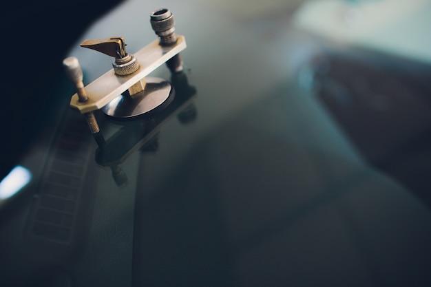 Glaszetter met behulp van gereedschap voor het repareren van een gebarsten voorruit