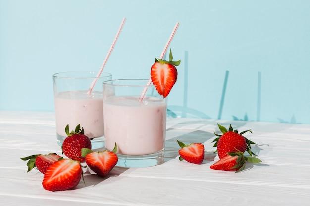 Glazen aardbeiyoghurt met bessen