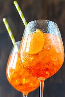 Glazen aperol spritz-cocktail