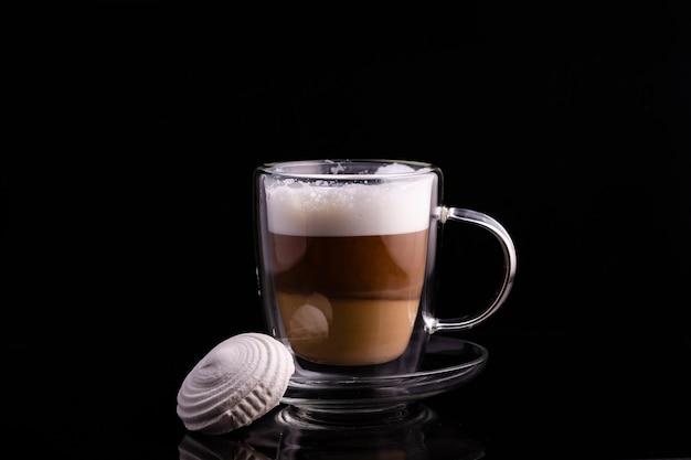 Glazen beker met koffie en marshmallows.