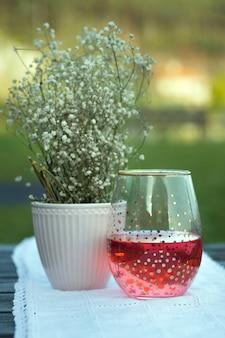 Glazen beker met rode drank