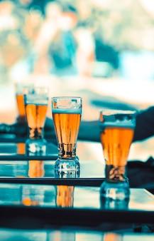 Glazen bier op een tafel in een restaurant