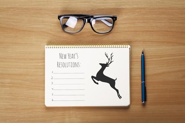 Glazen, blocnote met pen die op de lijst liggen
