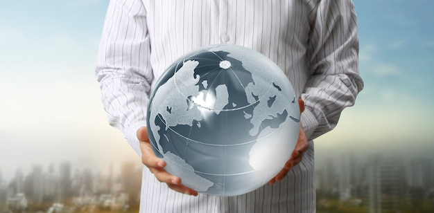 Glazen bol in de hand, energiebesparingsconcept
