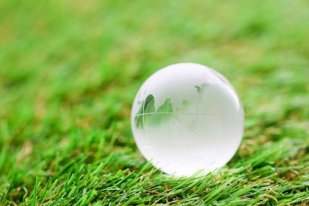 Glazen bol in het gras