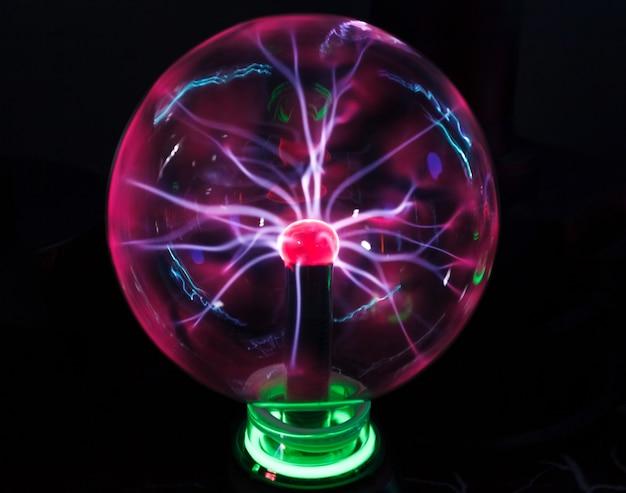 Glazen bol met plasma tesla bliksemschichten.