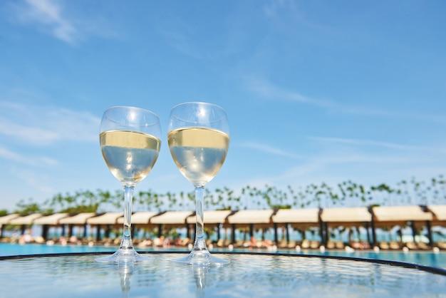 Glazen champagne bij een resortzwembad in een luxehotel. feest bij het zwembad. gietend drankje in een glas. amara dolce vita luxe hotel. toevlucht. tekirova-kemer. kalkoen
