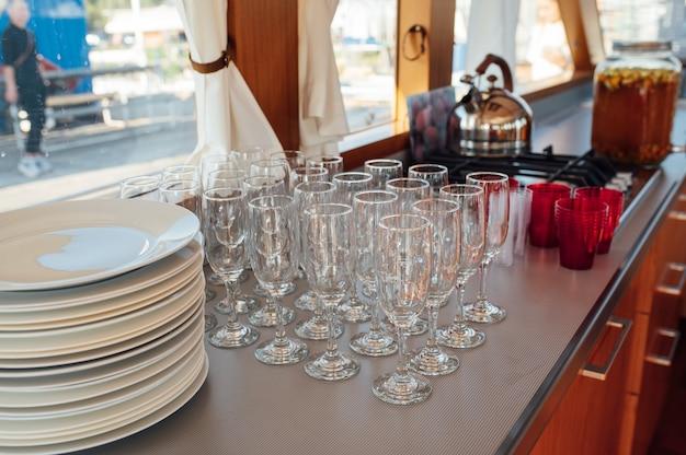 Glazen champagne bij het banket witte mousserende wijn in wijnglazen feestelijke stemming