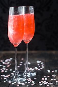 Glazen champagne cocktail met snoep harten