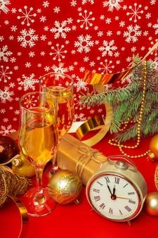 Glazen champagne en kerstversiering