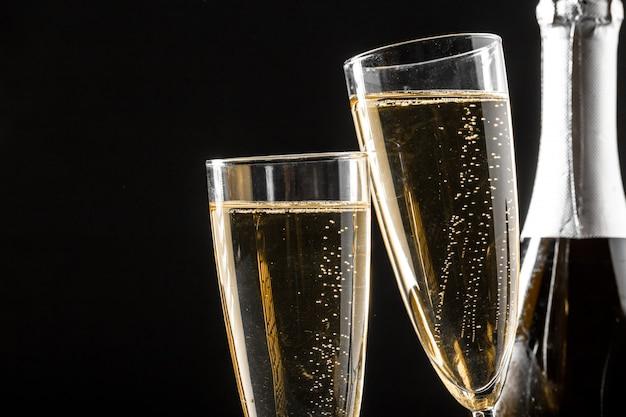 Glazen champagne met de fles