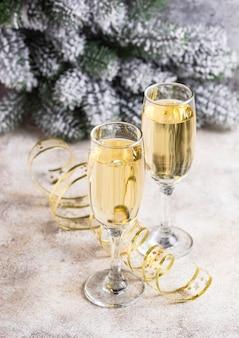 Glazen champagne met kerstmisdecoratie