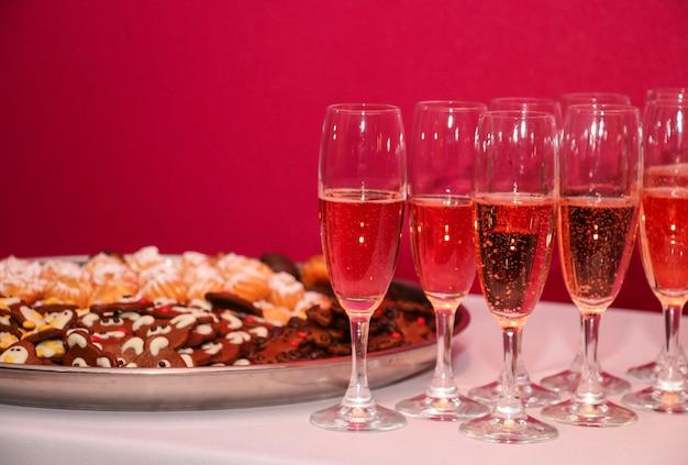 Glazen champagne met koekjes op het feest