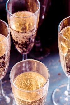 Glazen champagne op de tafel