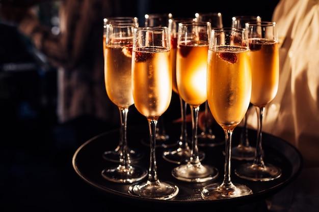 Glazen champagne op een donkere lade