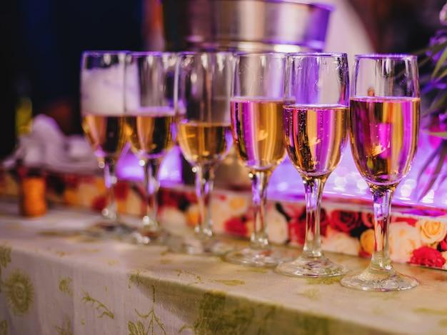 Glazen champagne op een feestje