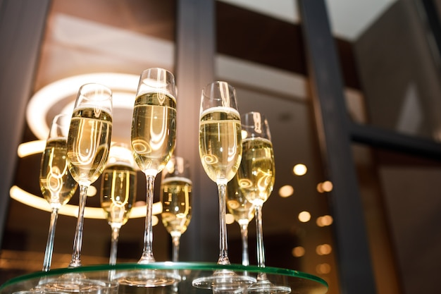 Glazen champagne op een glazen tafel