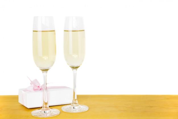 Glazen champagne valentijnsdag geschenkdoos geïsoleerd.