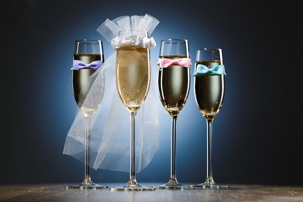Glazen champagne voor bruid en gentlemens