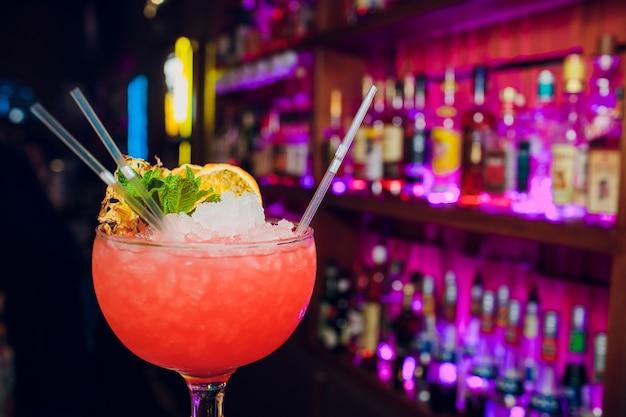 Glazen cocktails bar achtergrond