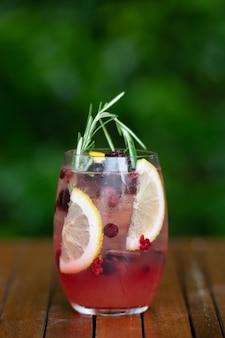 Glazen cocktails op bar