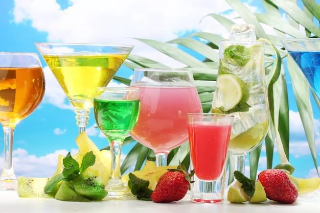 Glazen cocktails op tafel op blauwe hemel