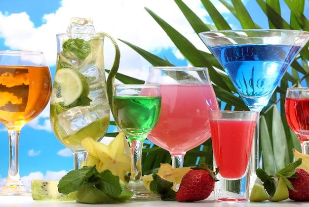 Glazen cocktails op tafel op blauwe lucht
