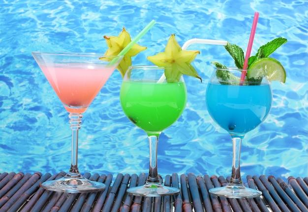 Glazen cocktails op tafel op blauwe zee