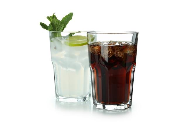 Glazen cola en mojito geïsoleerd op een witte ondergrond