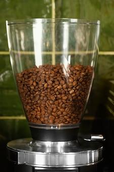 Glazen container met koffiebonen