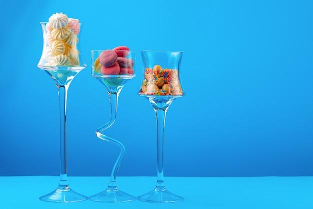 Glazen containers met kleurrijke snoepjes
