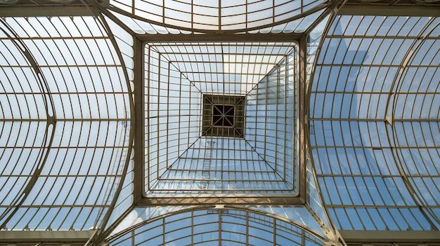 Glazen dak van crystal palace in het retiro park, madrid, spanje.