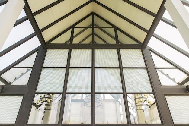 Glazen dak van modern kantoorgebouw.
