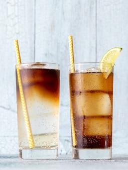 Glazen dark 'n' stormy en cuba libre cocktails