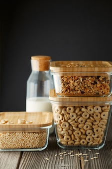 Glazen dozen met muesli, cornflakes en quinoa pops