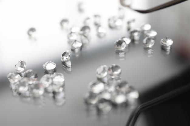 Glazen edelsteen op transparante tafel