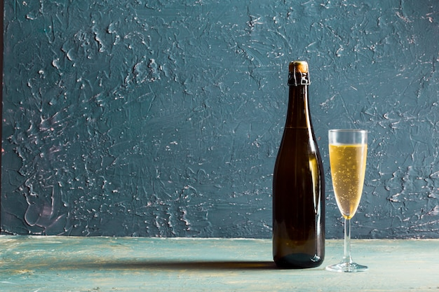 Glazen en een fles champagne