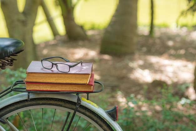 Glazen en oude boeken op fietsrugleuning