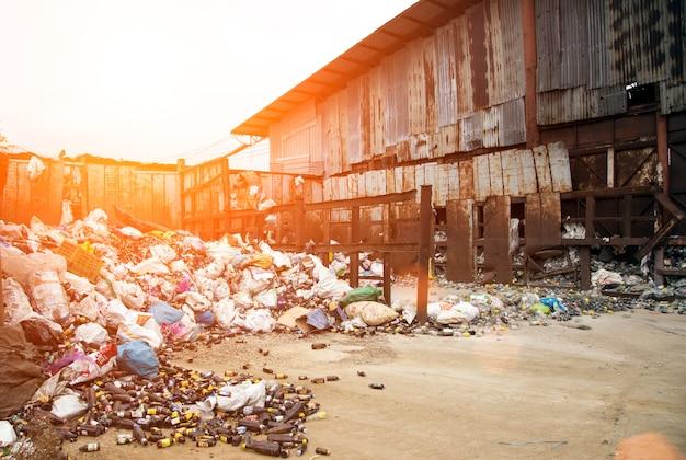 Glazen fles in vuilnis voor recycling