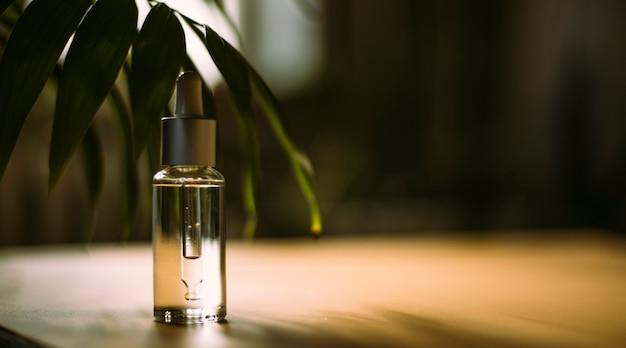 Glazen fles met cosmetische etherische olie biologisch natuurlijk product