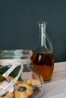 Glazen fles ongeraffineerde zonnebloemolie in de keuken