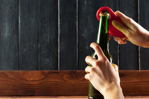 Glazen flesje bier en opener
