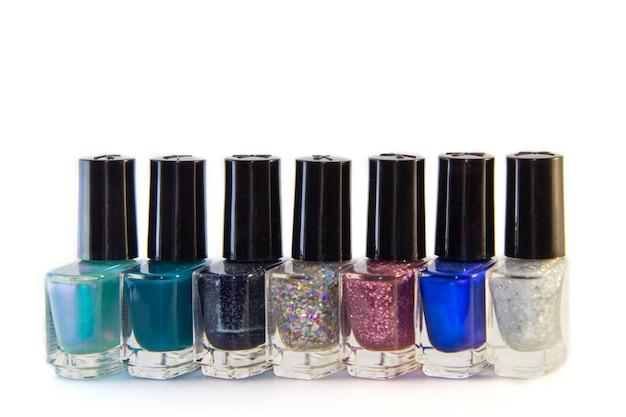 Glazen flessen nagellak met modieuze verschillende tinten, geïsoleerd