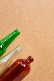 Glazen flessen op triplexachtergrond.