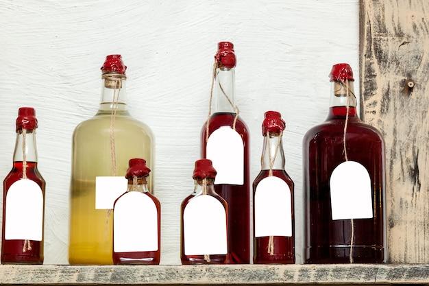 Glazen flessen van verschillende groottes met likeuren verzegeld met was