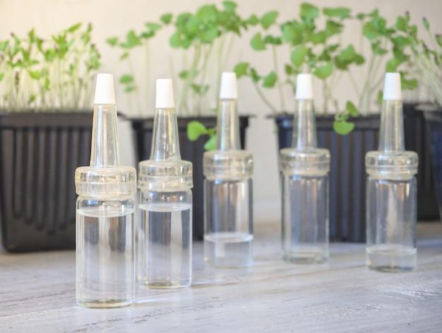 Glazen flessen vloeibare foundation met druppelaar. natuurlijke organische schoonheidsproduct concept.