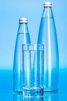 Glazen flessen water
