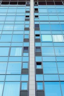 Glazen gevel aan de onderkant van een verdiepingen tellend gebouw of kantoor.