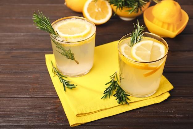 Glazen gezonde cocktail op houten tafel